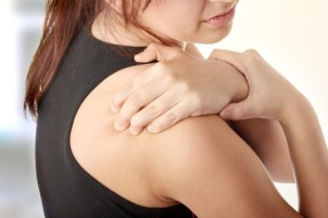 woman with pain from frozen shoulder